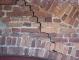 Muratura in cotto: particolare, prima dell'intervento di restauro, di una fessurazione verificatasi nella muratura di modifica di un'apertura cinquecentesca