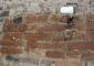 Particolare della muratura cinquecentesca durante la fase di pulitura: campione di pulitura mediante impacchi di AB57