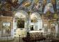 Sacello: specchiature vicino all'altare, affreschi realizzati a metà del XVI secolo