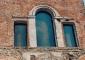 Particolare della serliana restaurata e le nuove vetrate in vetrofusione del Maestro Pino Castagna