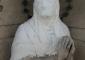Sequenza fotografica dell'intervento di pulitura eseguito sulla statua della Madonna in marmo di Candoglia: pulitura mediante applicazione di polpa di carta imbibita di soluzioni sgrassanti a base di carbonato di ammonio