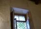 Tracce della modanatura al contorno delle finestre originariamente più alte di quelle attuali